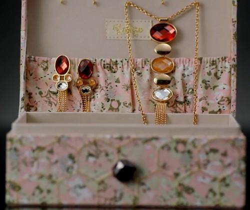 Шкатулка и набор украшений