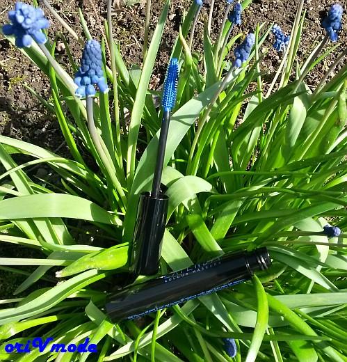 Синяя тушь среди синих цветов